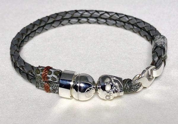 Bracelet en cuir tressé gris avec tête de mort en argent sterling